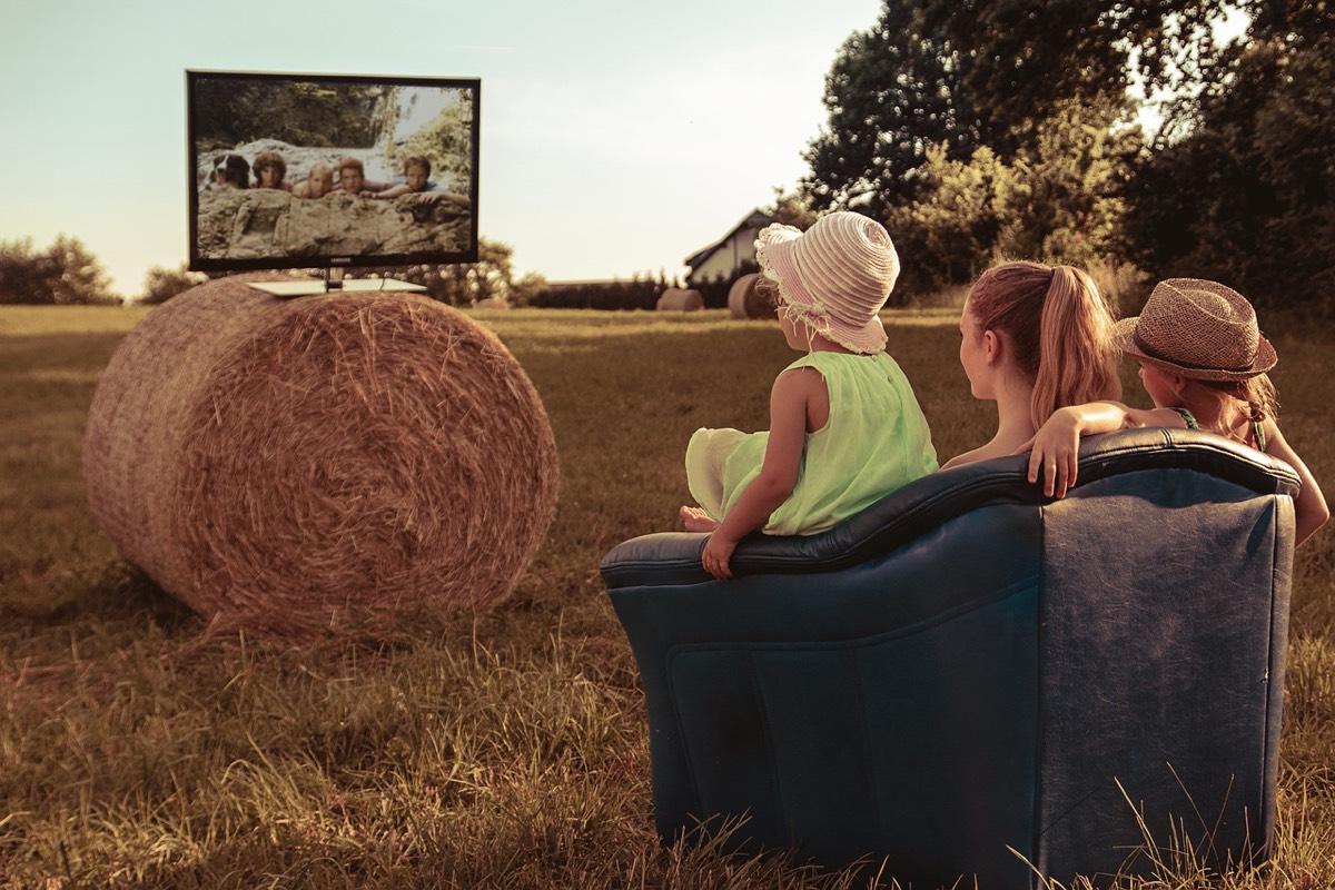 ver la tele en familia