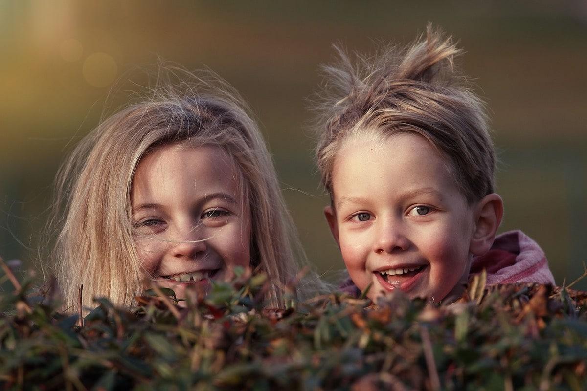 hermanos sonriendo