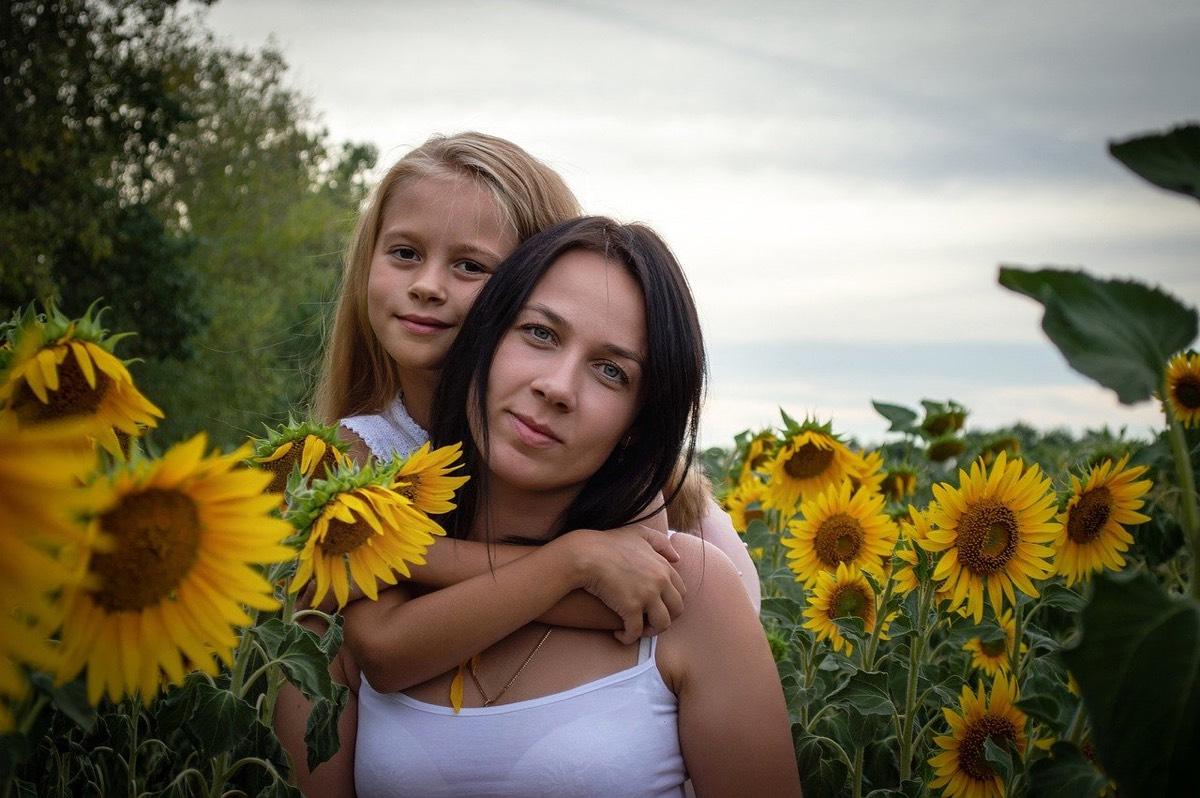 madre e hija entre girasoles