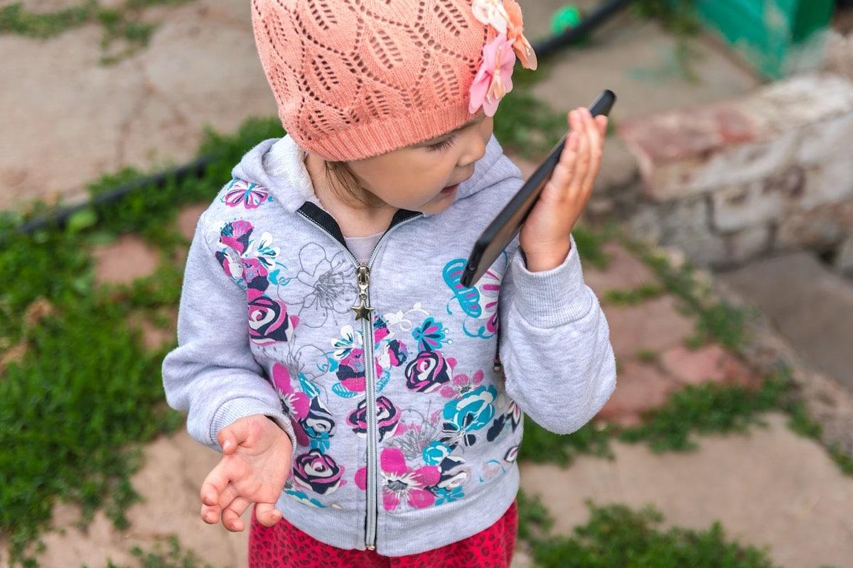 niña pequeña con móvil