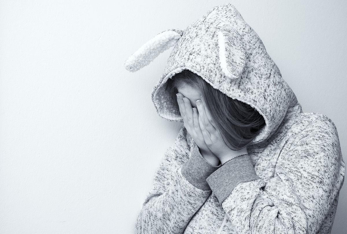Niña con pijama de conejo triste