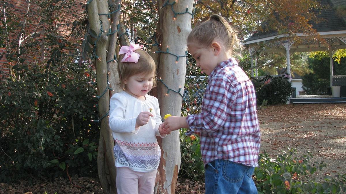 niña grande jugando con niña pequeña