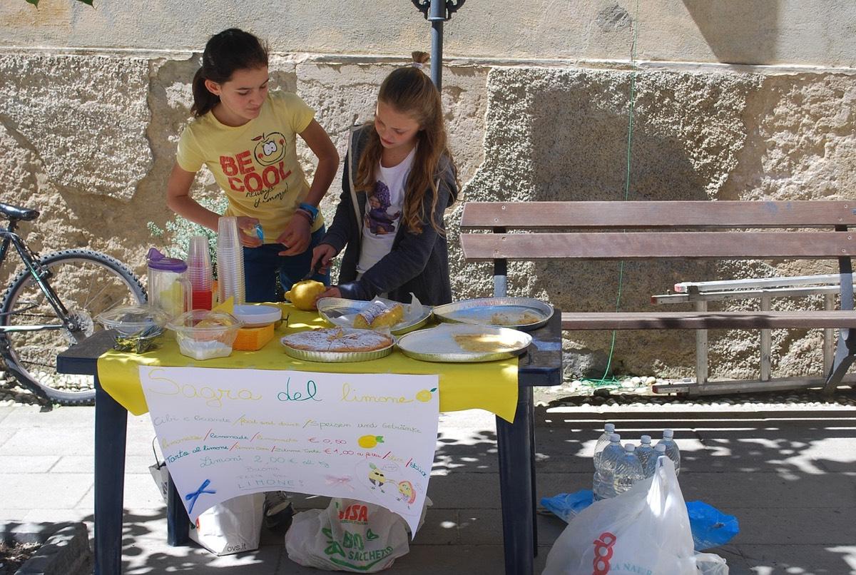 niñas vendiendo limonada