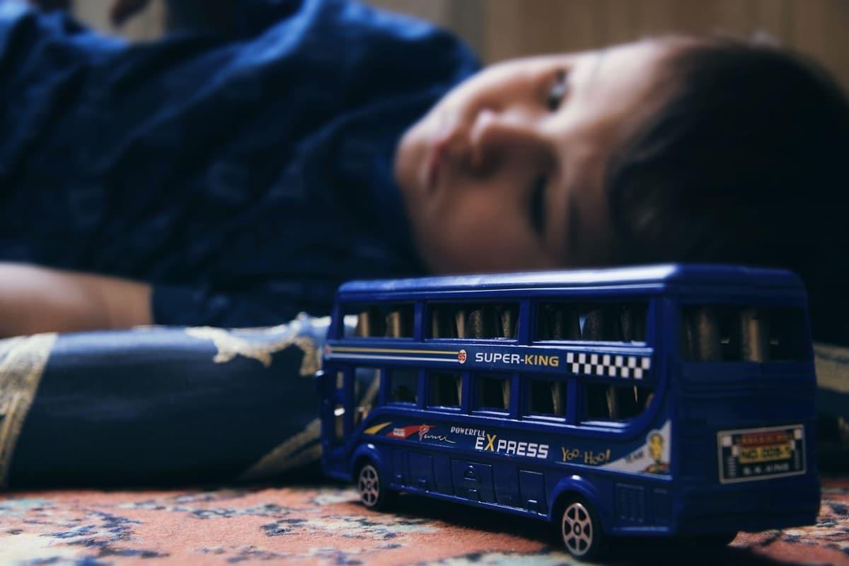 niño deprimido con juguete