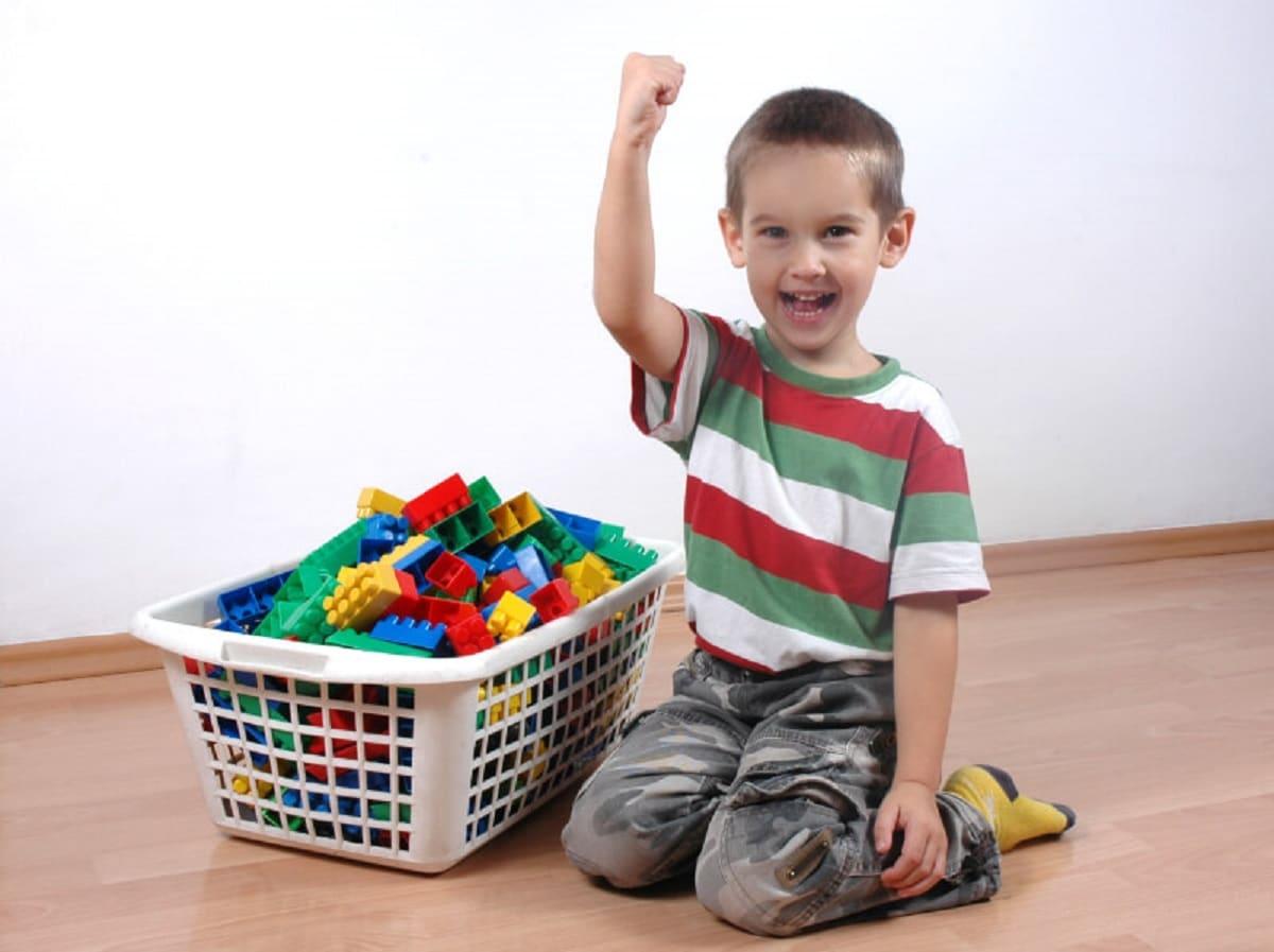 Enseñar a los niños a guardar sus juguetes