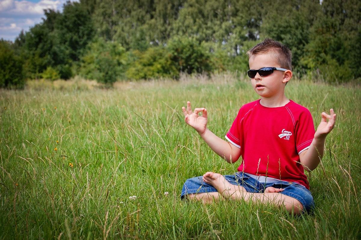 niño zen en el campo