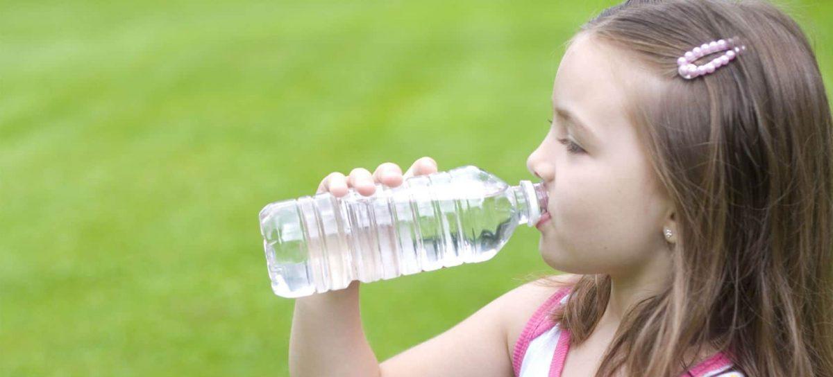 niños-beban-agua-