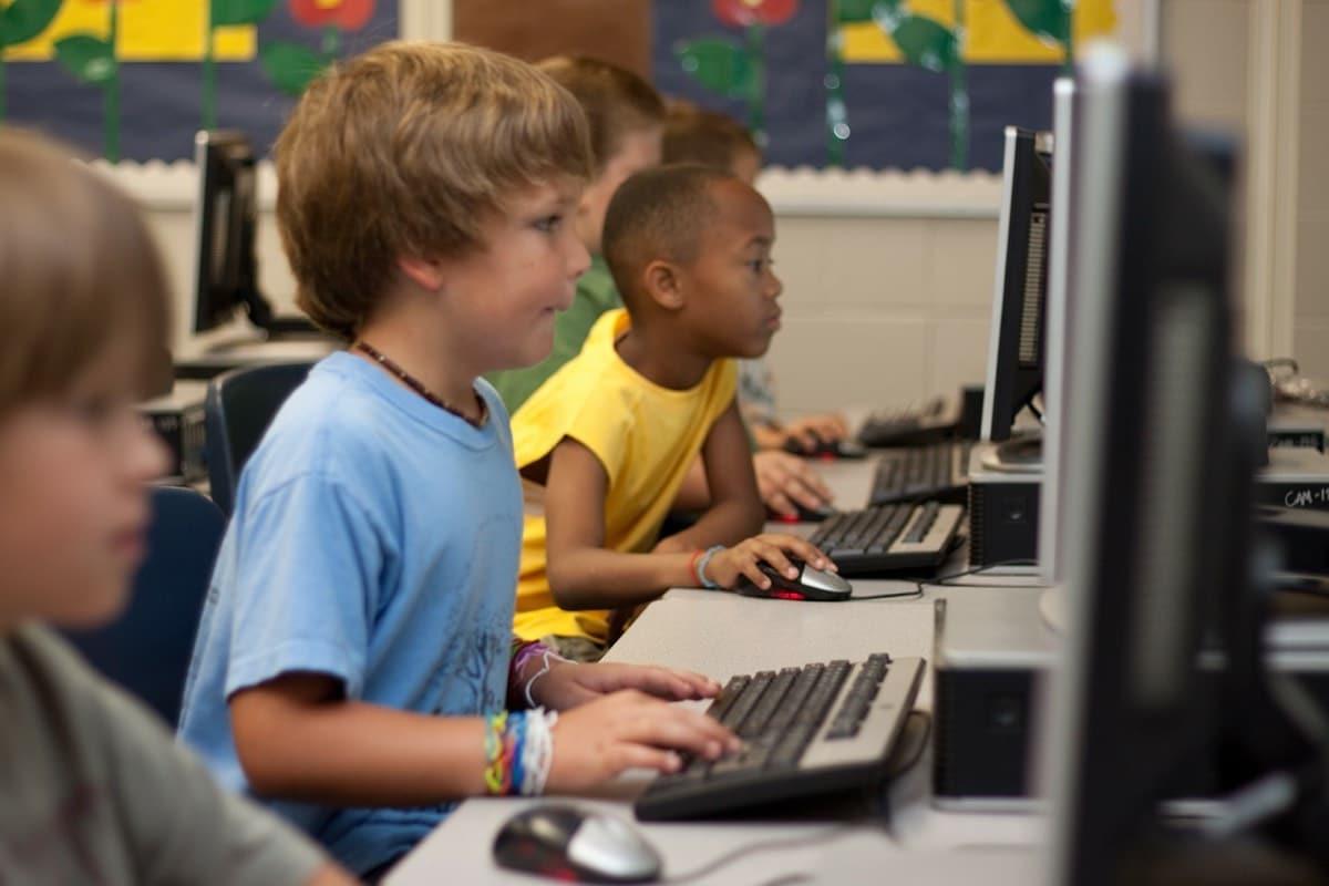 niños en clase con ordenadores