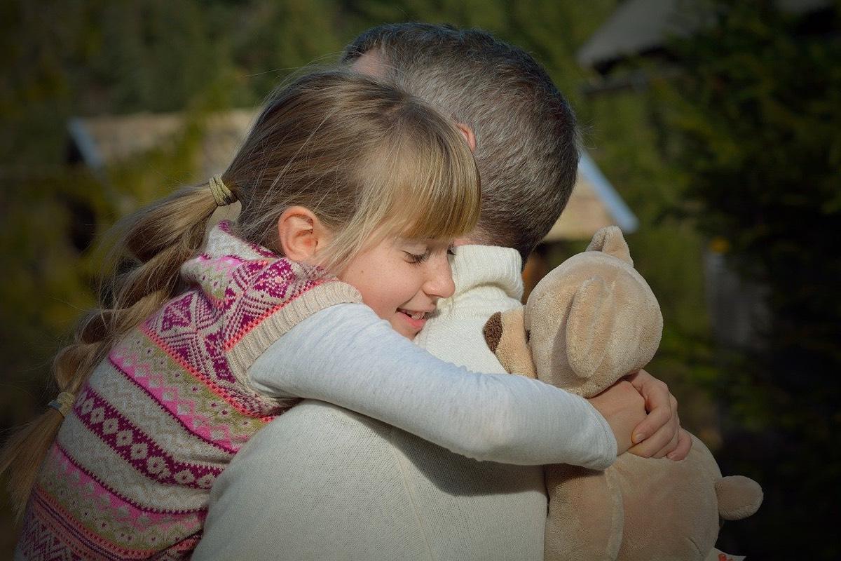 abrazo padre e hija