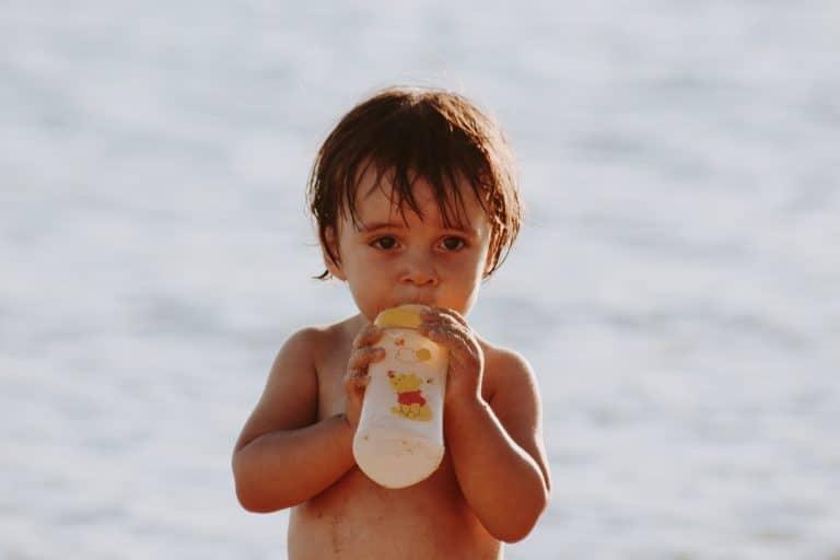 Cómo hacer que mi bebé quiera el biberón