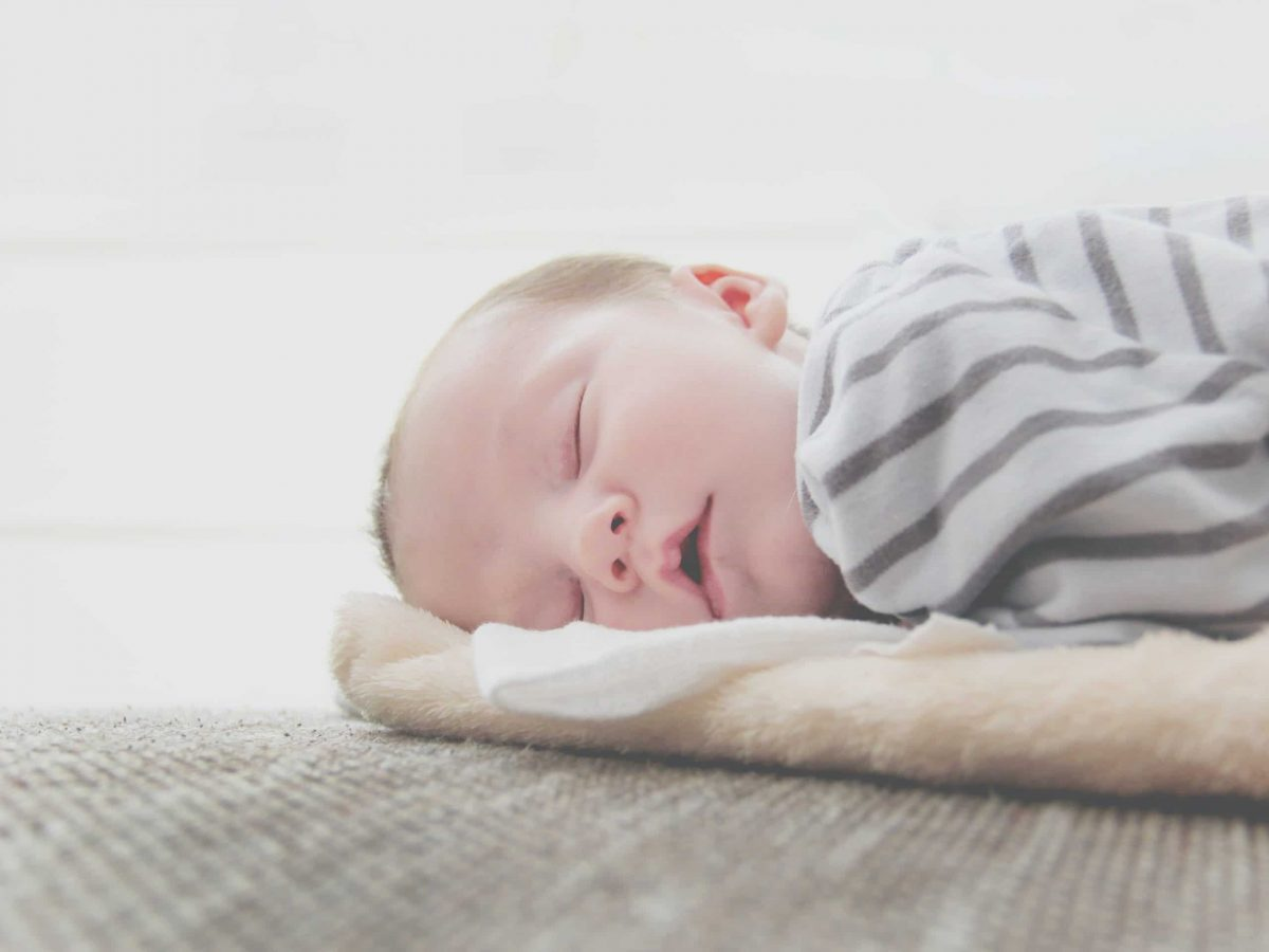 Qué es la plagiocefalia en los bebés