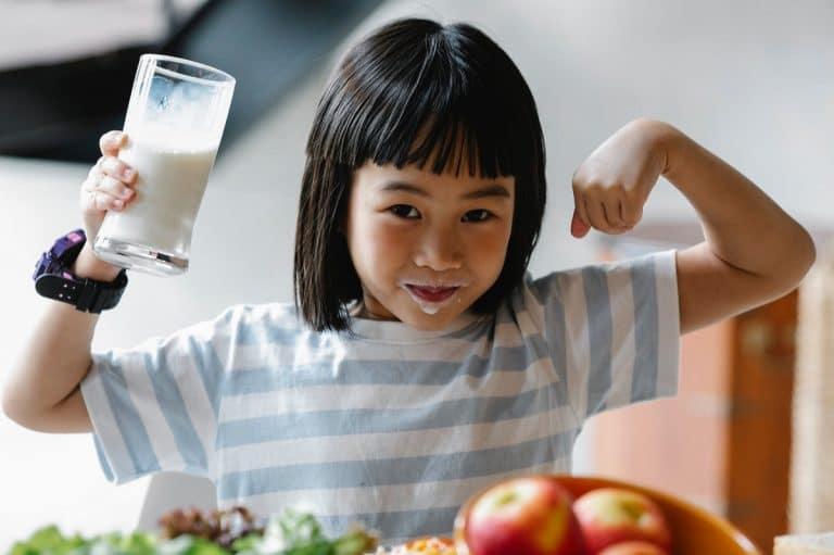 Hacer que los niños beban leche