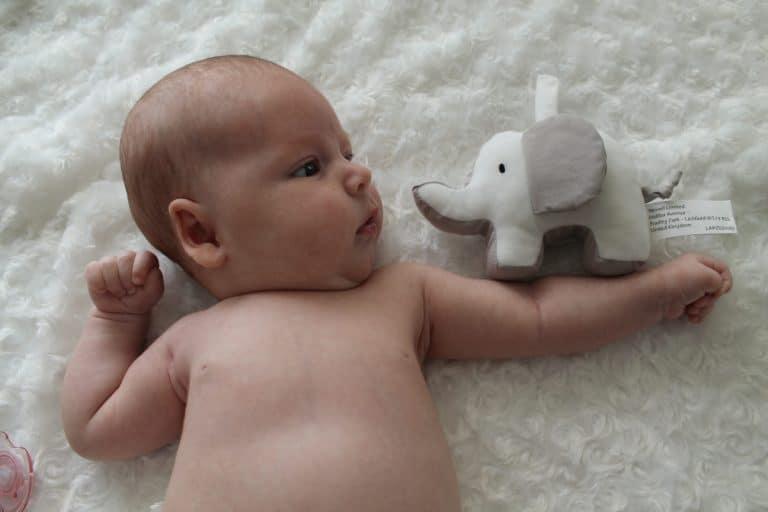 Cómo jugar con un bebé de dos meses