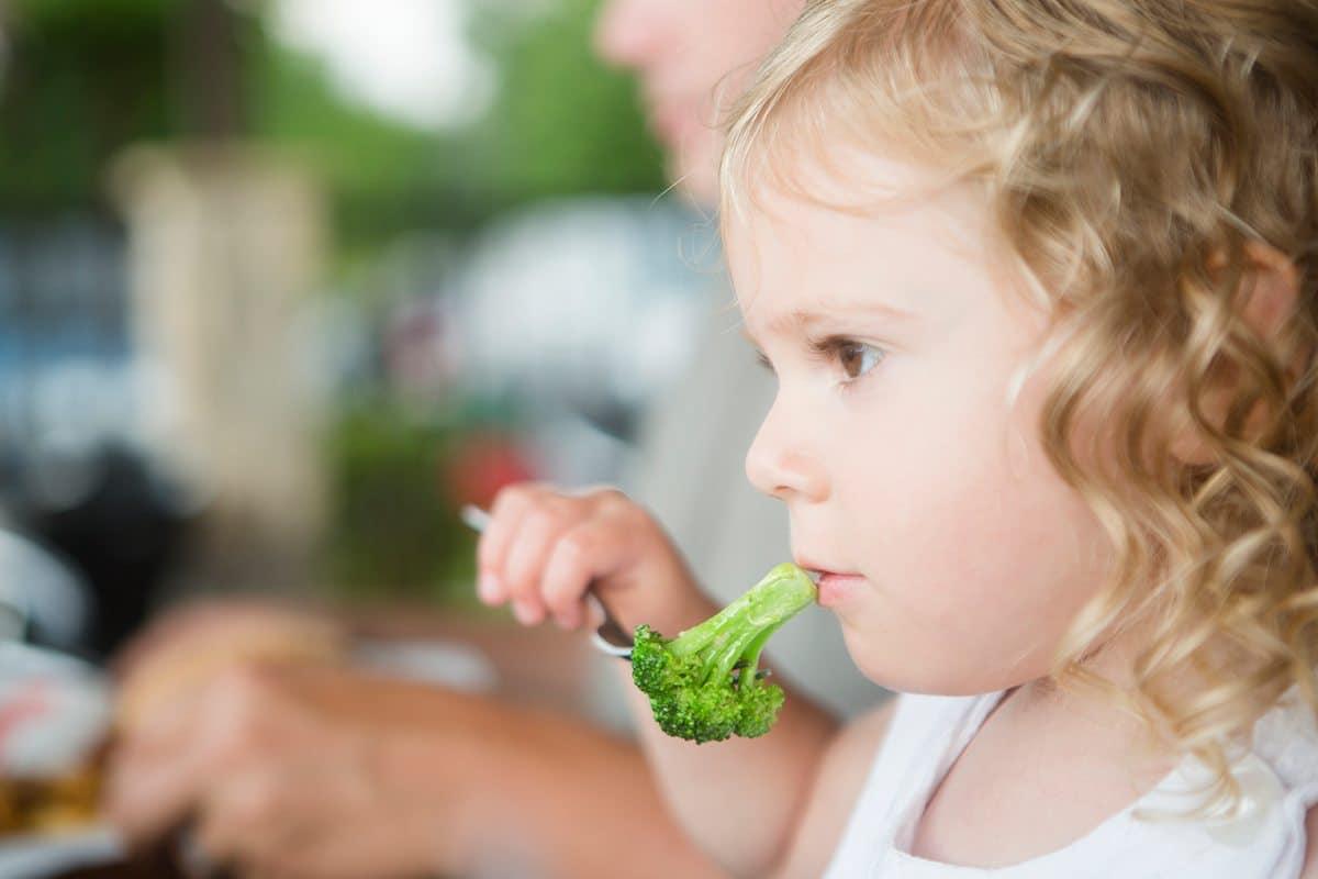 dar comer hijos