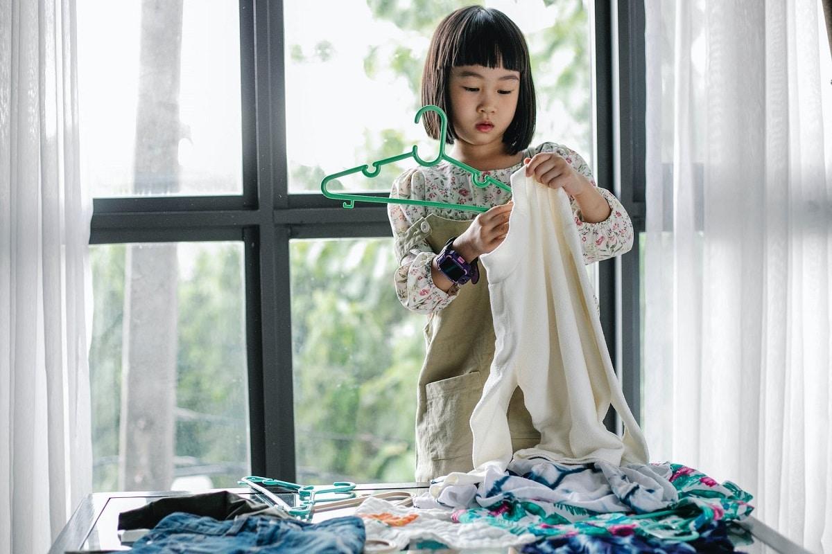 Enseñar a los niños a guardar la ropa