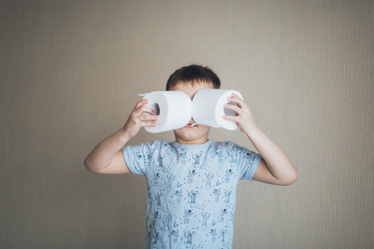 niño con rollos de papel