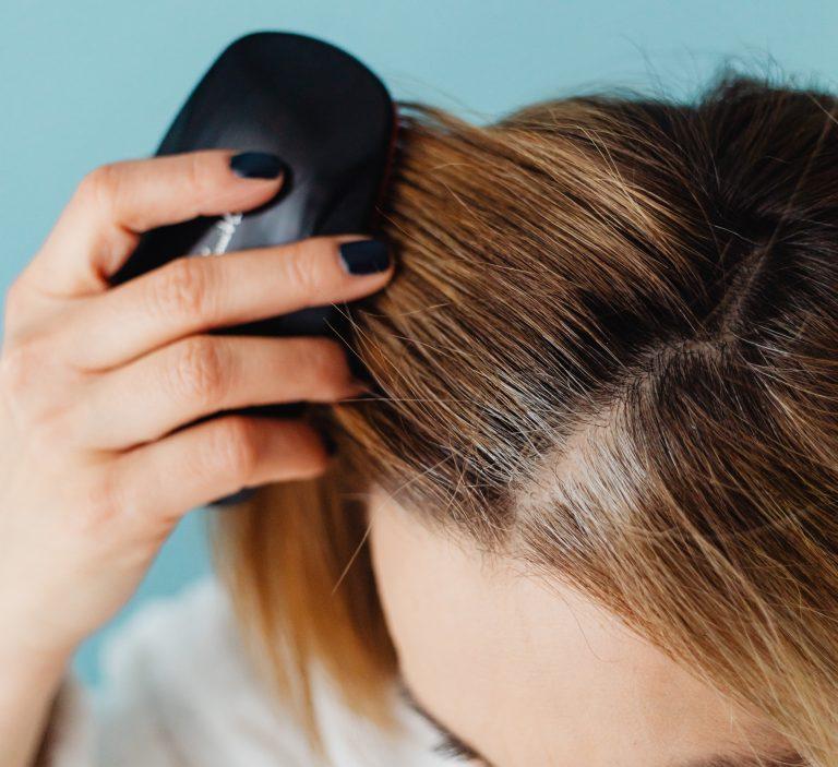 Cómo quitar las liendres pegadas al pelo