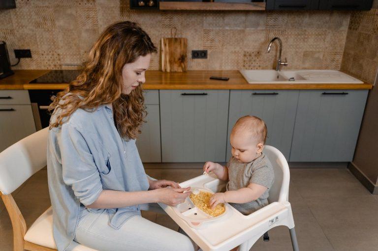 Dar alimentos sin triturar al bebé