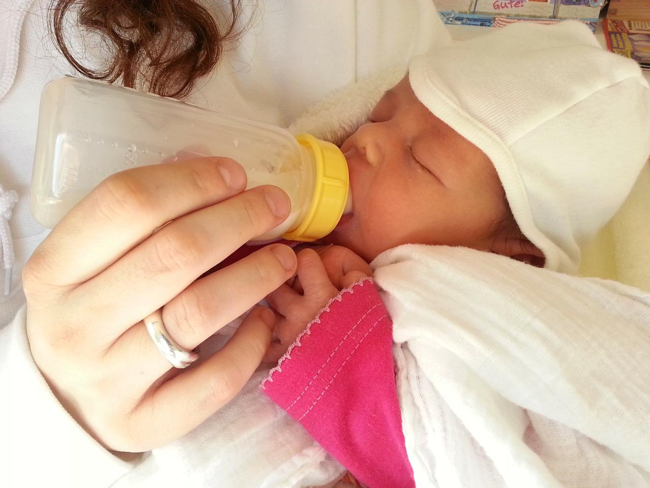biberón bebé eructo